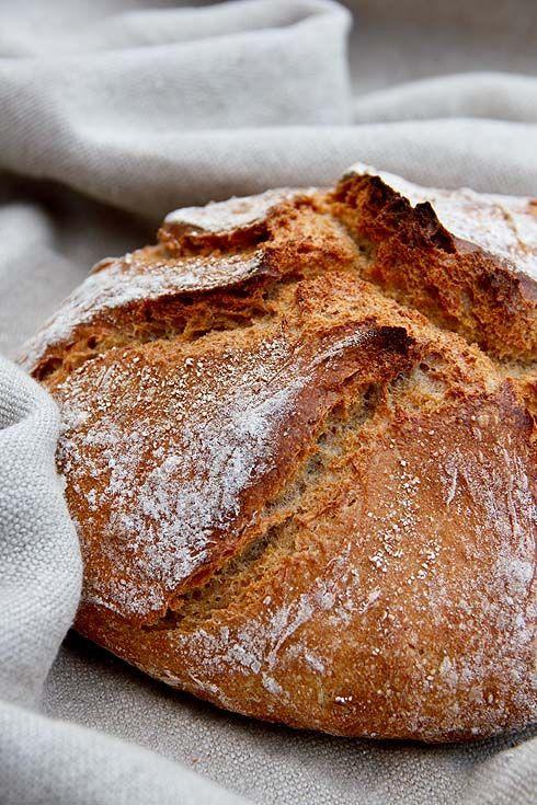 Immer noch mein Seelenbrot vor Augen, habe ich mir die Kombination von Emmer und Dinkel zu eigen gemacht und ein neues Brot gebastelt. Dieses Mal ist ein Roggensauerteig im Spiel, außerdem wieder ein Emmervorteig und zusätzlich ein Brühstück aus Dinkelschrot. Ein richtig aromatisches Brot mit langer Frischhaltung und Saftigkeit. Sobald ich den Brottopf aufmache, strömt mir dieser Weiterlesen...: