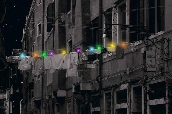 Molas de roupa alimentadas a energia solar iluminam ruas da cidade.