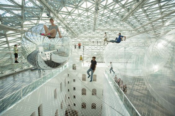 Spinnennetz, Planetenbahn oder Wolkenkuckucksheim: Unter der Glaskuppel des K21 Ständehauses spannt sich in 20 Metern Höhe die ultraleichte Seilkonstruktion von Tomás Saraceno auf.