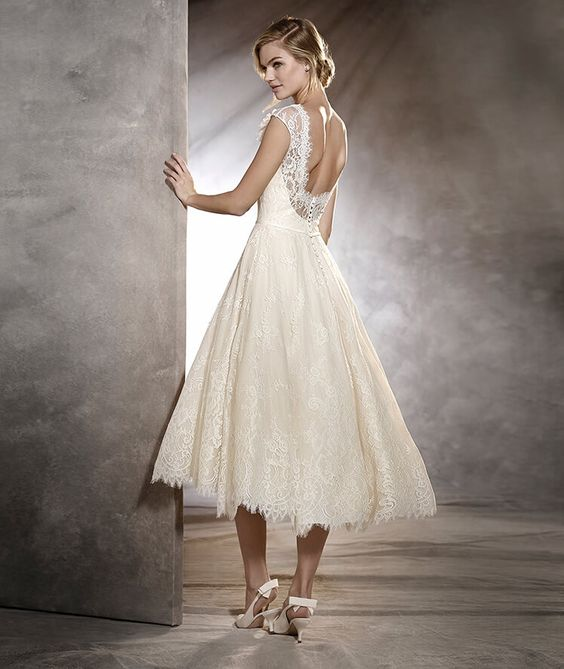 OLGA - Short, vintage-style wedding dress with lace