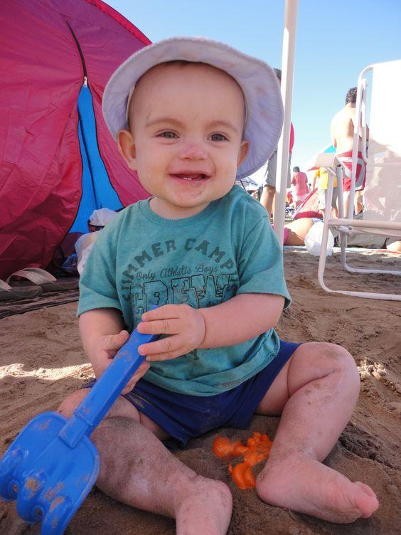 Fotografía de mi hermoso hijo. Plano entero, luz natural, espacio exterior. Refleja su simpatía y disfrute en un hermoso día de sol y juego. Espero les guste!
