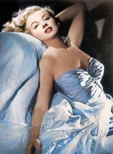 Marilyn Monroe con vestido azul drapeado palabra de honor