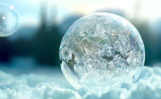 Vídeo em altíssima resolução mostra bolhas de sabão congelando em pleno ar