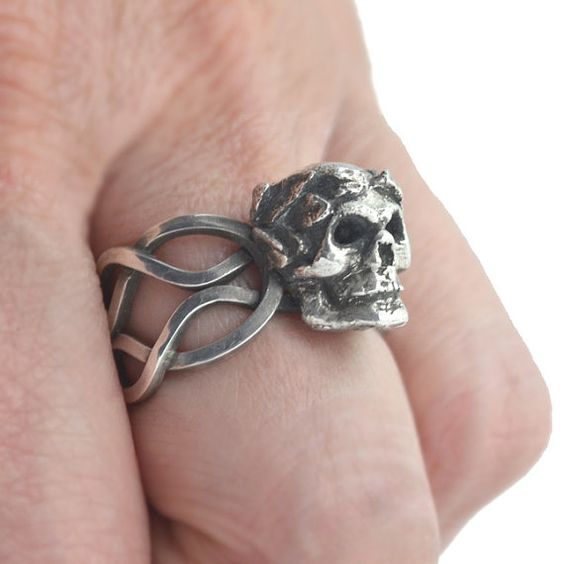 Silver skull ring 'Incerta Hora' ring by DeaneBenninghoven