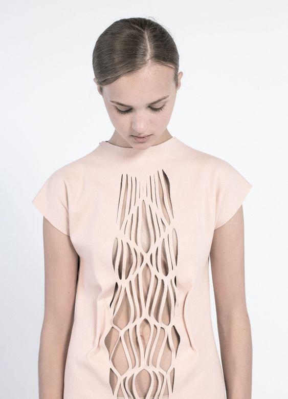 """Minette Shuen - Collection """"Dis/sect"""" - Automne 2013. La nouvelle collection de l'Australienne Minette Shuen explore l'anatomie humaine à travers le vêtement. Couleurs poudrées, transparence et do..."""