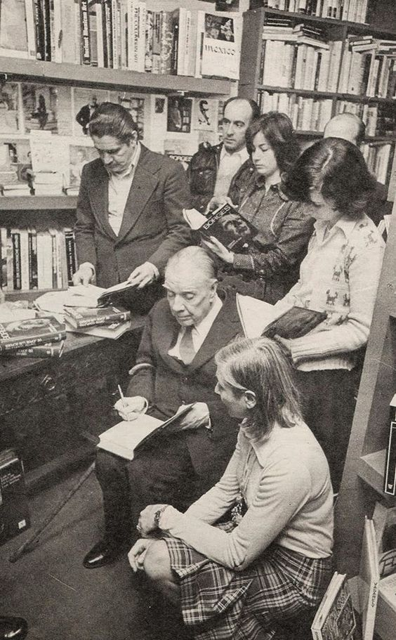 Jorge Luis Borges: El libro (Borges y sus lectores firmando ejemplares en Librería La Ciudad de Buenos Aires) http://borgestodoelanio.blogspot.com/2014/11/jorge-luis-borges-el-libro.html