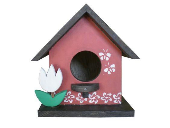 Casinha de passarinho para reprodução.Fica um encanto no jardim ou na varanda. <br> <br>Feita com madeira maciça de demolição, é impermeabilizada! <br> <br>Resiste ao tempo! <br> <br> <br>* Conheça nosso trabalho! Leia as Políticas da Loja, obrigada.