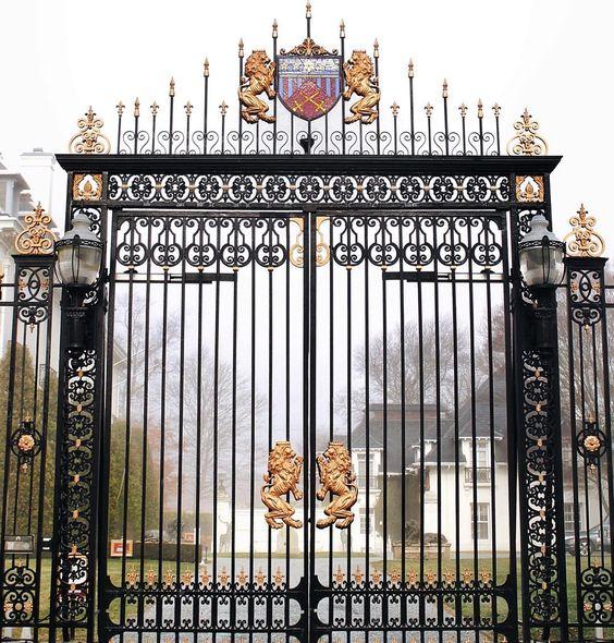 •gilded gate ????• #newport #travel #travelgram #traveldiaries #art #museum #newengland #igersnewengland #regal #flashesofdelight #american  #BigCityTyroTravels: