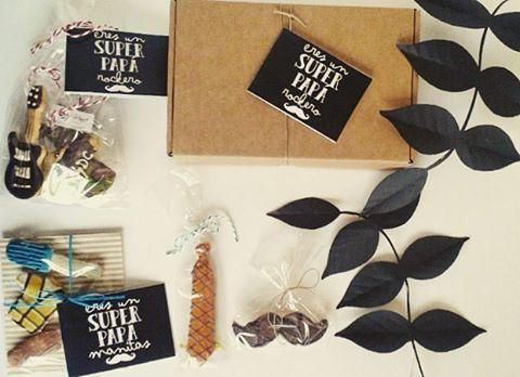 En la @bomboneriapraline podreis encontra los regalos mas dulces y divertidos para los mejores papás del mundo mundial!  #packaging#bomboneriapraline#diadelpadre#papaereselmejor#paperflower#flordepapel#hojadepapel#paperleave#chocolate#Coruña#coruna#diseño#design