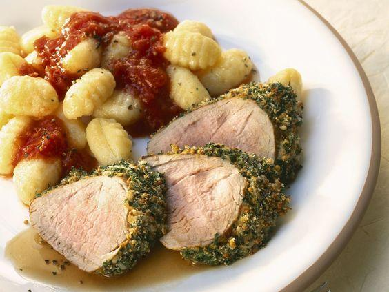 Schweinefilet im Kräutermantel mit Gnocchi und Tomatensugo - smarter - Zeit: 25 Min. | eatsmarter.de