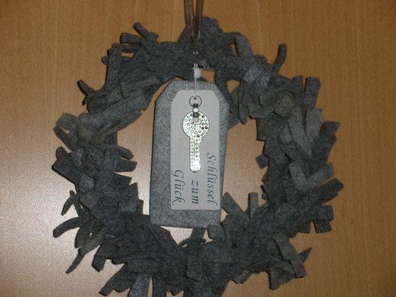 Schöner Kranz, gefertigt aus Wollfilz, mit Aufhängeband.Der Durchmesser ist 25 cm.