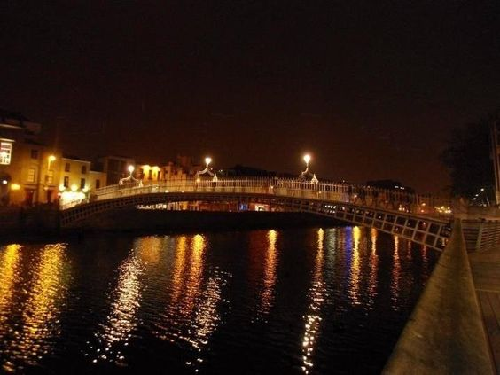 Streamzoo photo - Night view of Ha\'Penny Bridge.
