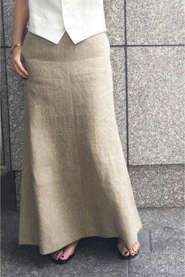 MADISON BLUE リネンマキシスカート  MADISON BLUE リネンマキシスカート 62640 エレガントな印象のマキシスカートをナチュラルな麻の素材を使ってカジュアルさをプラスしたスカート ウェスト周りはタイトなシルエット裾にかけてのフレアなデザインが足さばきのきれいなポイントになります 裾のパイピングが引き締め効果のあるディティールにこだわったスカートです MADISON BLUE(マディソンブルー)  ハイカジュアルをコンセプトにスタイリスト中山まりこさんが手掛ける今話題のブランドです スタイリスト目線で袖口や襟元の着こなし方まで考えられたデザインが特徴 モードにもカジュアルにも似合う本物を知り尽くしたバランスとシルエットです 人が着ることで完成する人に寄り添うアイテムを展開します 取り扱いについては商品についている洗濯表示にてご確認下さい 店頭及び屋外での撮影画像は光の当たり具合で色味が違って見える場合があります 商品の色味はスタジオ撮影の画像をご参照下さい ベージュ着用スタッフ身長:163cm 着用サイズXS モデルサイズ:身長:166cm…