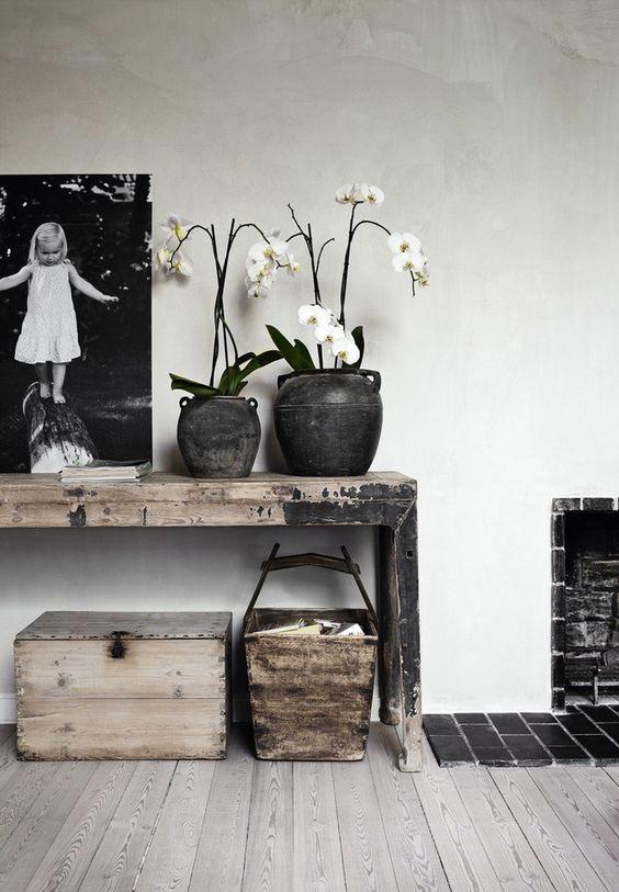 Toutes les nuances de gris, noir, et blanc se retrouvent chez Stine et Simon, dans leur maison située au nord de Copenhague. La lumière inonde tous les espaces, dans cette ancienne demeure constr…