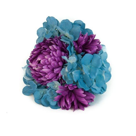 Complementos de flamenca. Ramillete de hortensias azul empolvado y crisantelmo morado. Hydrangeas of powder blue are styled in a mini bouquet arrangement with purple chrysanthemums.