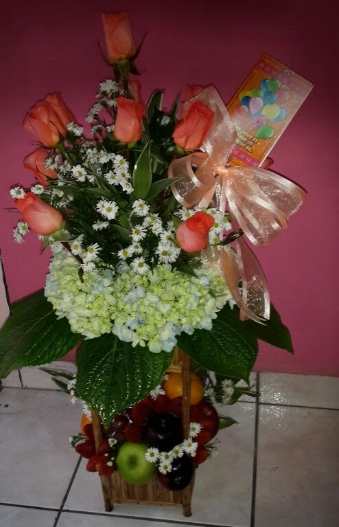 Rosas frutas y hortensias