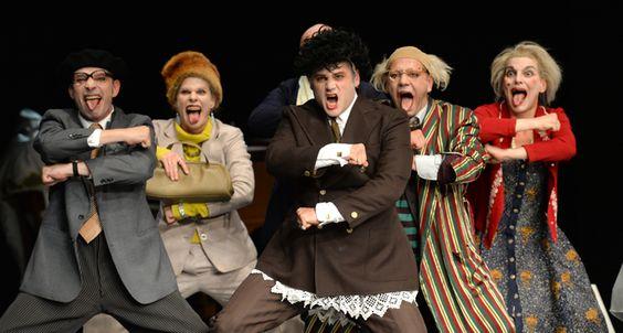 """Roberto Ciulli, einer der wenigen europäischen Theatermacher, der als Experte für die moderne, aber in Vergessenheit geratene Clownskunst gelten kann, wirft gemeinsam mit dem Ensemble des Theaters an der Ruhr in """"Clowns 2 1/2"""" einen befreienden, tragikomischen und hochmusikalischen Blick auf das Dunkel des """"Verfalls"""": Eine brisante Clownerie des Alters. Foto: A. Köhring."""