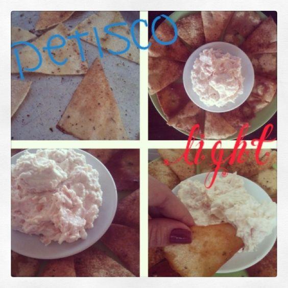 Falso nacho  1 pão árabe 1 cchá de azeite Orégano a gosto 3 Cs rasas de creme de ricota light ou requeijão light 3 fatias de frio magro -Corte o pão árabe ao meio pela borda (abrindo em 2 pedaços inteiros) e corte em triângulos (como uma pizza). Em um tabuleiro, misture os falsos nachos c/ azeite e orégano (use as mãos p/ misturar) e leve só forno já pré aquecido por uns 5 min à 205oC. Tem q ficar de olho p/ ñ queimar!  O creminho fiz assim: triturei o frio e misturei c/ o creme de ricota.