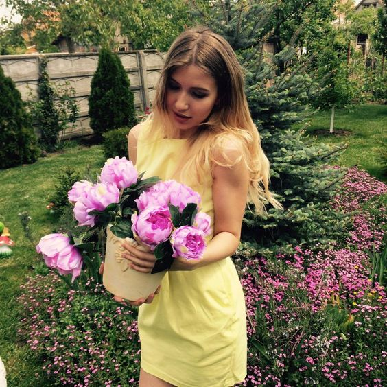 Yellow dress + lovely flower decor:)