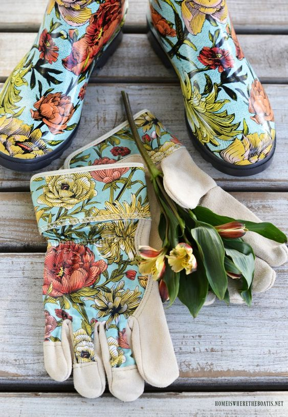 Garden boots and gloves | ©homeiswheretheboatis.net #wellies #bootvase #flowers