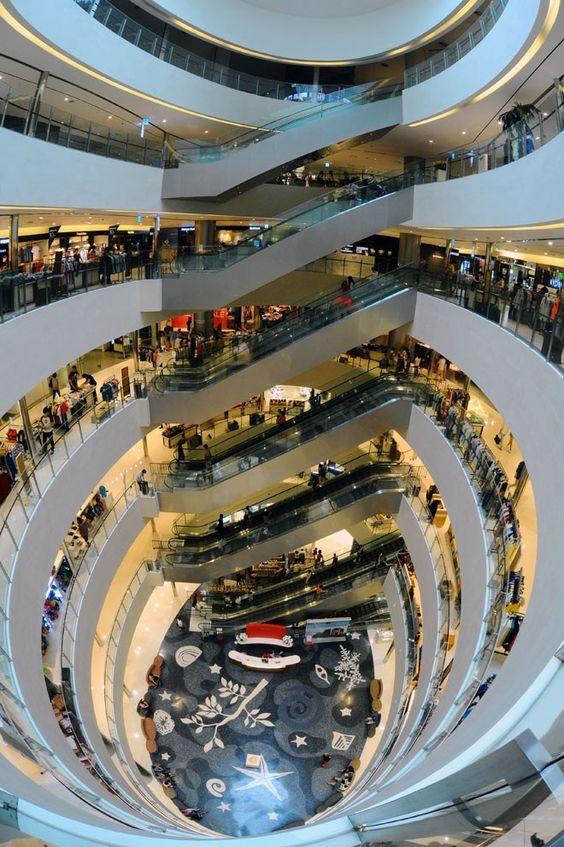 Cầu thang máy hiện đại ở trung tâm mua sắm Shinsegae Centum City