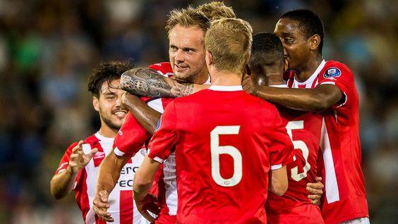 Siem de Jong heeft zijn terugkeer op de Nederlandse voetbalvelden vrijdag opgeluisterd met een doelpunt. De aanvallende middenvelder schoot Jong PSV in de Jupiler League bij NAC Breda uit een vrije trap op voorsprong. Lang leek dat genoeg voor de winst, tot de thuisclub bij het ingaan van de blessuretijd langszij kwam via Cyriel Dessers. De Belgische spits zag zijn strafschop worden gekeerd door keeper Remko Pasveer, maar sloeg in de rebound alsnog toe: 1-1.