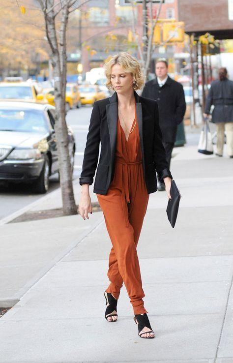1. Ele é perfeito para os dias em que você não quer pensar muito no momento de se vestir. it girl - macacao-laranja-manga-comprida-blazer-preto - macacão - meia estação - street style