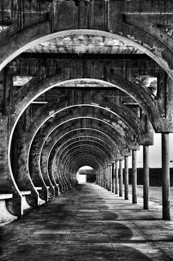 円形の壁のモノクロ・白黒写真の壁紙