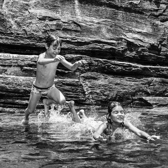 Gabriel e Lana #chapadadosveadeiros #brasil #goias #cerrado #cachoeira #infancia #childhood #pb by fernandotatagiba