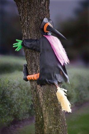Bruja para árboles. Más ideas para adornos de #Halloween en... http://www.1001consejos.com/15-increibles-adornos-para-halloween/