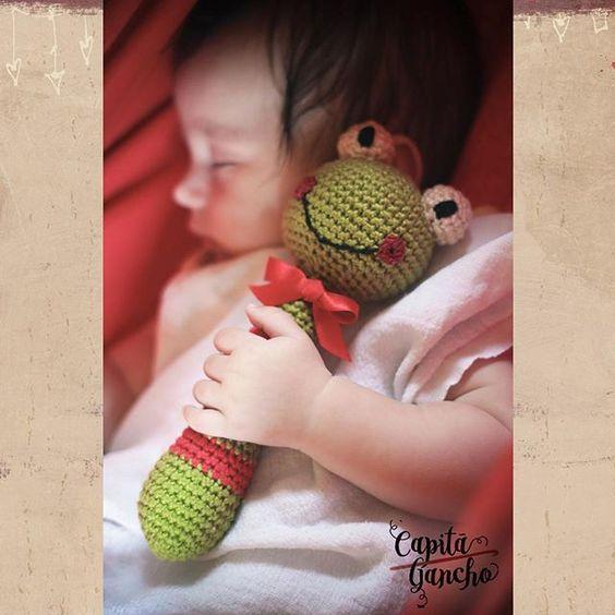 Mais uma encomenda terminada!  Chocalho de crochê feito com algodão supermacio e enchimento antialérgico. Em breve novos modelos disponíveis! ----- Encomendas:  capitaganchocroche@hotmail.com ✈ Enviamos para todo o Brasil ----- #croche #crochet #feitoamão #handmade #crochetaddict #praiadepipa #pipabrasil
