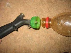 Foto: A ponta metálica prende a tampa da garrafa PET no corpo do bico de ar…