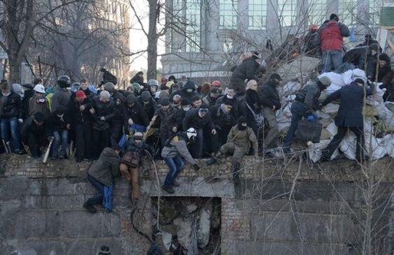 """Maks Levin 17:37 Люди стрибають з 3-х метрової висоти рятуючись від """"Беркута"""" (в районі Жовтневого)."""