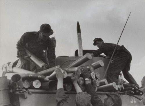 """Tanks of the 5th SS division """"Viking"""" (SS-Panzergrenadier-Division """"Wiking"""") load 88 mm armor-piercing-tracer rounds 8,8 Panzergranate Patr.39 Kw.K.36 fES in the Pz.Kpfw.VI """"Tiger"""" during the battle of Kursk."""