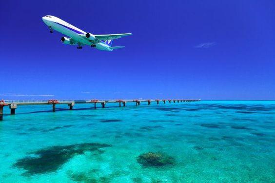 飛行機と沖縄の海の壁紙