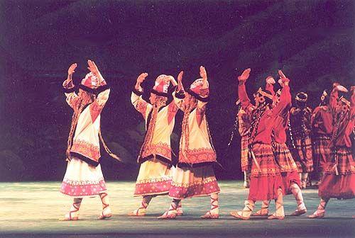 """Les Ballet Russes, Le Sacre du Printemps, 1913. Voor Le Sacre du Printemps bedacht Vaslav Nijinsky als choreograaf van het gezelschap primitieve, """"aardse"""" bewegingen: naar binnen gekeerd, op de aarde gericht, stampend. Dit was een breuk met het klassieke ballet waar bewegingen langgerekt, vloeiend en naar buiten gedraaid moesten zijn. De première werd een van de grootste schandalen uit de theatergeschiedenis, maar naderhand werd het stuk gerekend tot een van de grootste dansklassiekers ooit."""