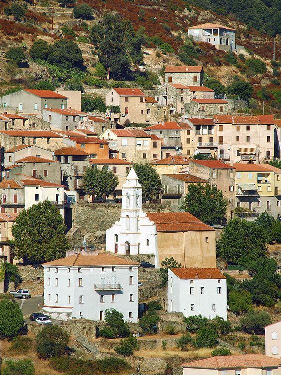 Région de Ponte-Leccia -  Teto (Hameau de Pietralba) depuis Pedano (Hameaude Pietralba).L'église San Roccu au cœur du village de Teto