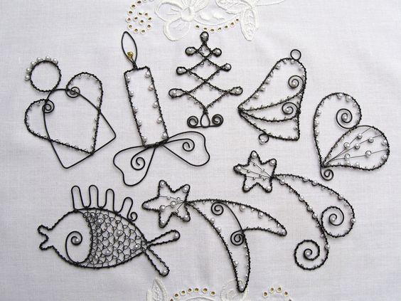 Vánoční ozdoby černobílé Vánoční ozdůbky z černého žíhaného drátu, bílých voskovaných perliček a bílého rokajlu. Můžete je zavěsit na stromek, do okna, pod lustr,nebo je použít k dozdobení vánočních dárků a dekorací. Na přání přiložím háčky na zavěšení. Velikost ozdob je od 8cm do 11cm (měřen největší rozměr). Cena je za 1ks. V objednávce prosím ...: