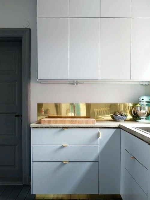Brass Backsplash Brass Sheet Kitchen And Matching Drawer Handles For A Chic And Glam Look Brass Meta Small Apartment Kitchen Kitchen Interior Apartment Kitchen