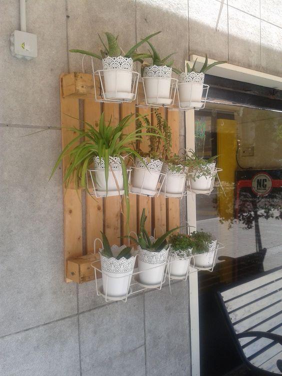 Reciclaje en las calles de barcelona palet reutilizado - Decoracion para patios ...