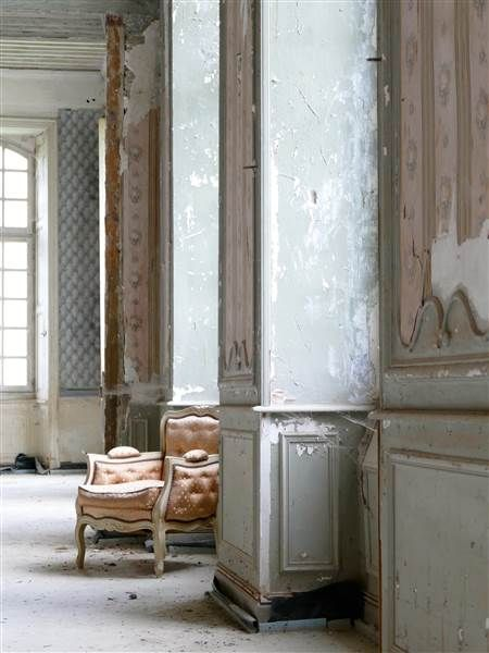 Pale and magnificent, these decaying weathered walls within Chateau de Gudanes have a distinctive shabby beauty all their own. Weathered Walls & Déshabillé Lovely. #French #chateau #walls #distress #weathered #grey
