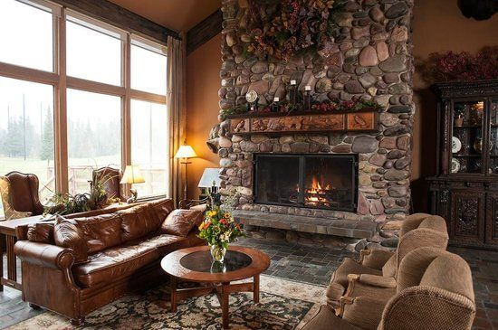 Grouse Mountain Lodge: Fireplace in the Lobby