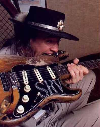 """Steve Ray Vaughan – Fender Stratocaster 1962/63 """"First Wife"""". Steve Ray Vaughan consiguió ésta guitarra en 1973. Era una mezcla de piezas de diferentes años. Fue (ab)usada en todos sus discos y en la mayor parte de sus directos. Sufrió innumerables reparaciones, cambios de trastes, roturas, etc. a lo largo de su vida. Aunque se llegó a comentar que fue enterrada con su dueño se cree que la conserva su hermano Jimmie."""