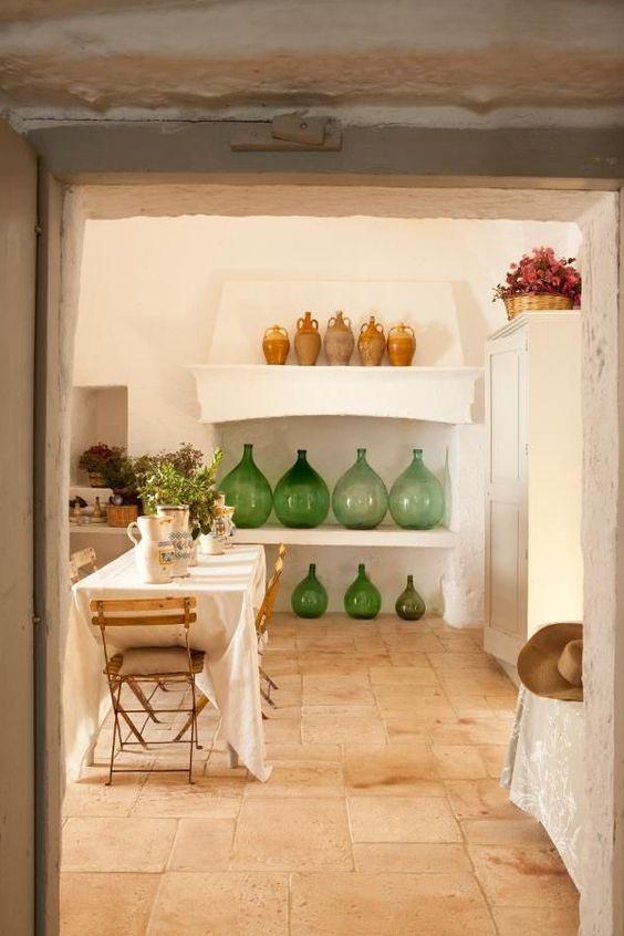 Dames Jeanne de tailles différentes exposées dans une cuisine
