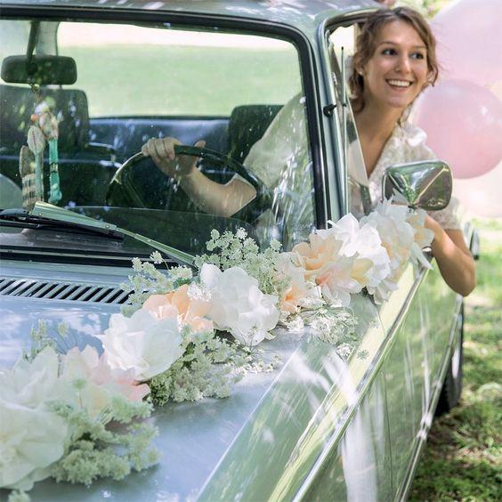 Une guirlande de fleurs pour la voiture des mariés