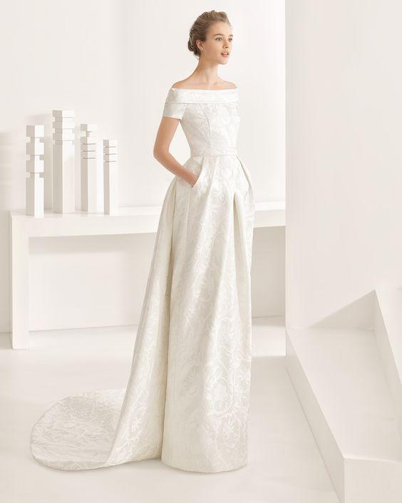 Robe de mariée et traîne en satin duchesse / brocart fantaisie / mikado de soie. Collection Rosa Clará 2017.