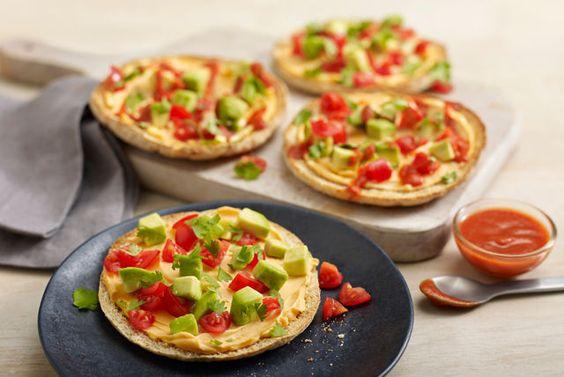 Ces mini-pitas garnis sont savoureux à souhait. Grillés puis tartinés de produit de fromage à la crème au cheddar crémeux, ils sont ensuite garnis d'avocat et de tomates hachés. Tout le monde en raffolera!