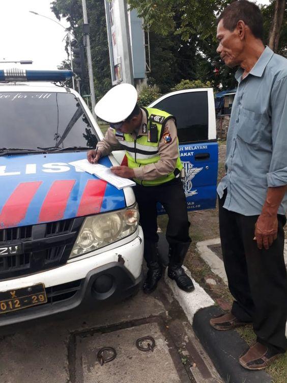 Melanggar Rambu Lalulintas Pengendara Ini Mendapatkan Tilang Dari Polsek Tenggilis Humas Surabaya Kota