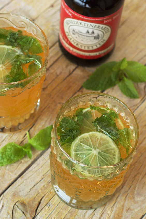 Cerveja com flor de sabugueiro e lima, uma bebida fresca de Verão