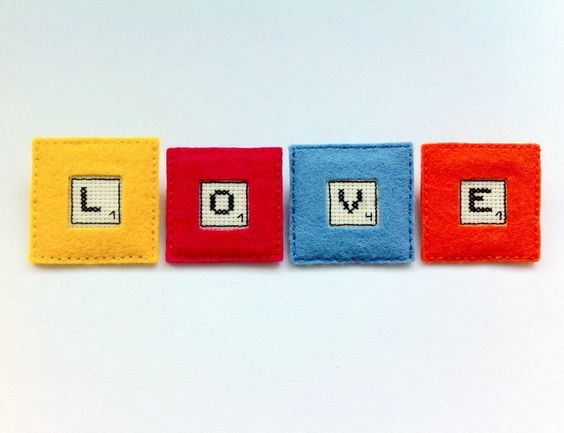 Broche fieltro Scrabble, bordado punto de cruz de Gluck! por DaWanda.com